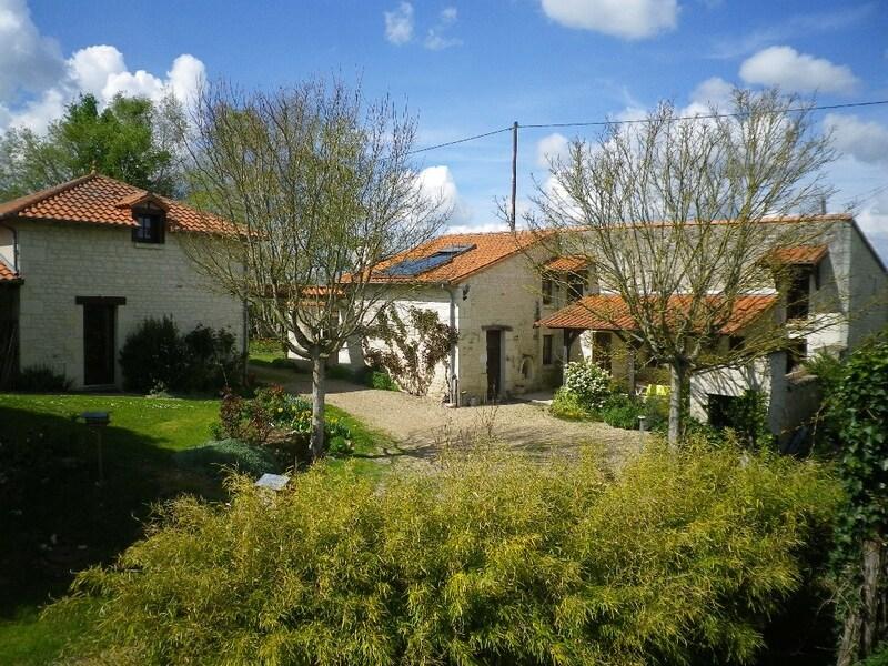Maison de caractère de 150  m2 - Thuré (86540)